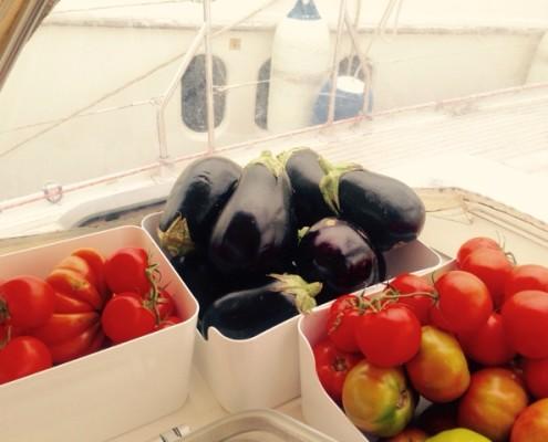 cambusa barca a vela pomodori