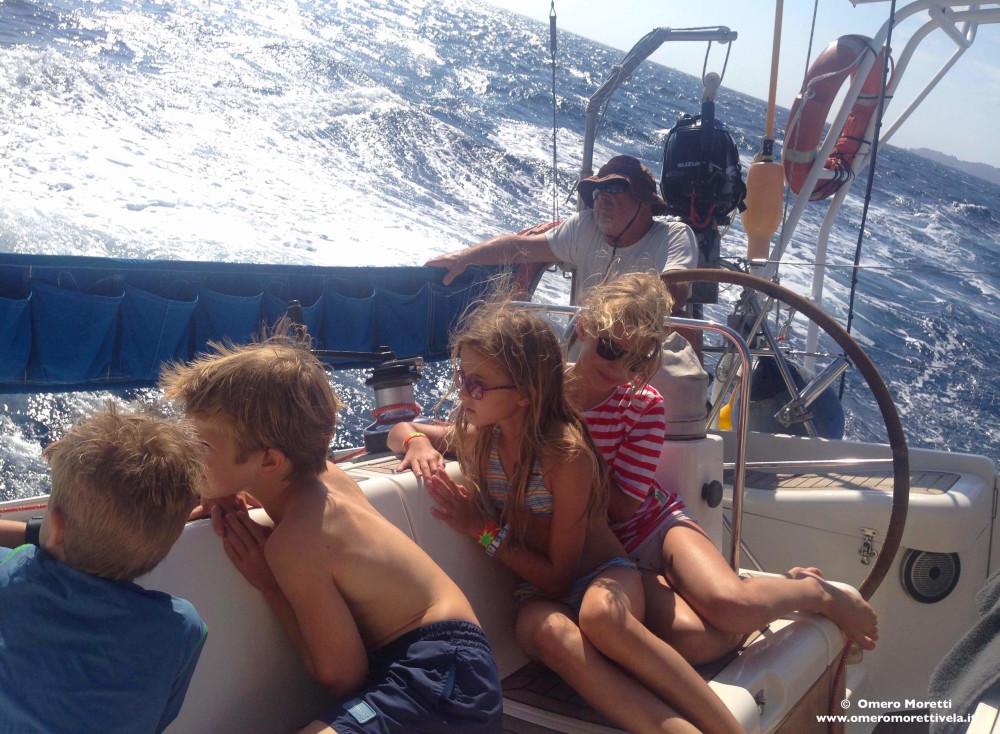 bambini in barca a vela