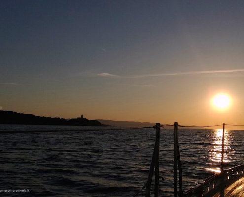 mediterraneo in barca a vela faro di porquerolles all'alba