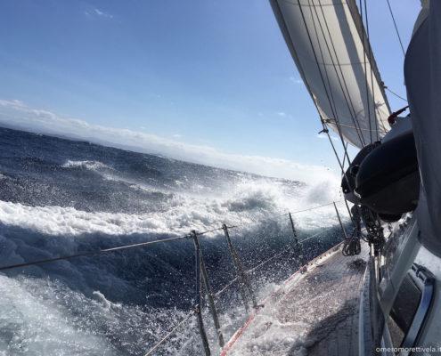 vacanze in barca a vela sardegna e corsica navigazione nelle bocche di bonifacio in barca a vela