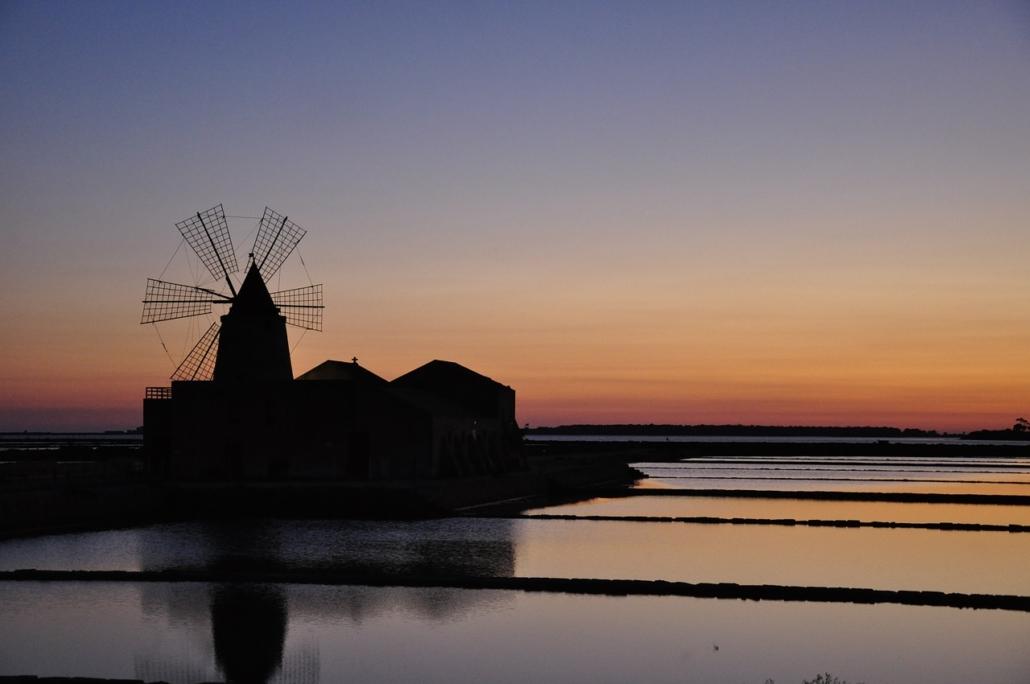 Sicilia in barca a vela tramonto sulle saline