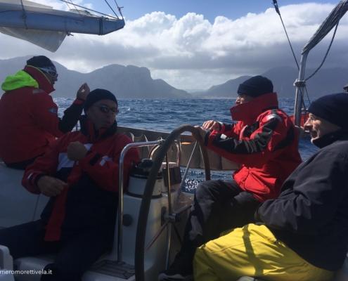 scuola vela in Mediterraneo equipaggio in navigazione