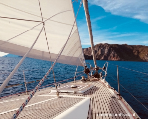 scuola vela in Mediterraneo bordi alle eolie