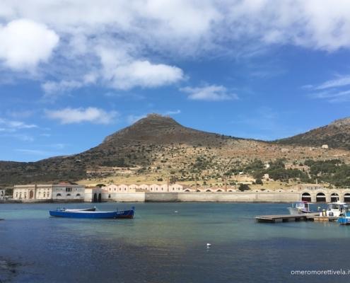 Egadi in barca a vela porto di Favignana