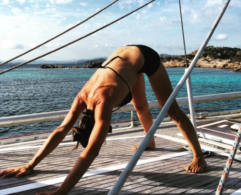 yoga in barca a vela sara freya