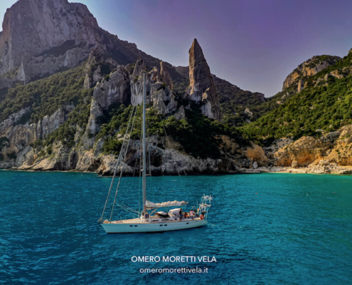 barca all'ancora in vacanza in barca a vela in Sardegna