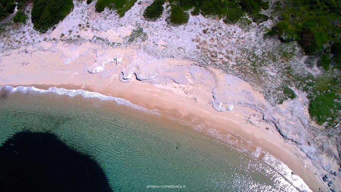spiaggia cala alga isola di cavallo drone